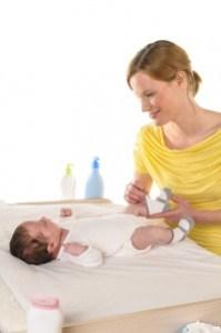Baby auf Wickelkommode
